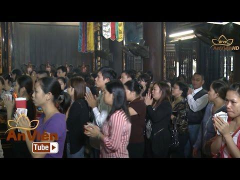 Đâu Là Đúng: Chen lấn xô đẩy đặt lễ vào chính điện