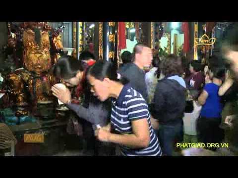 Chen lấn, xô đẩy để đặt lễ lên ban thờ chính điện là đúng hay sai?