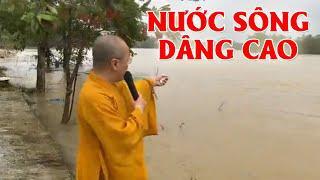 NƯỚC SÔNG DÂNG CAO  - Quỹ ĐPNN phát quà trước cổng chùa Hà Lỗ tỉnh Quảng Trị 28-10-2020